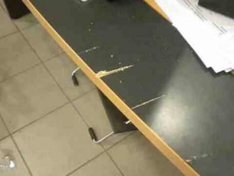 Βίντεο: «Έβγαλε μπαλτά και άρχισε να χτυπά γραφεία της εφορίας»
