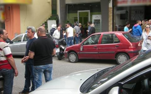 Αγρίνιο: Έδειραν μέλος της Χρυσής Αυγής πάνω στο κούρεμα (pics)