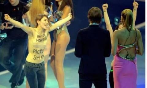 Απίστευτο σκηνικό: Γυμνόστηθες διαδηλώτριες στο «Next top model»