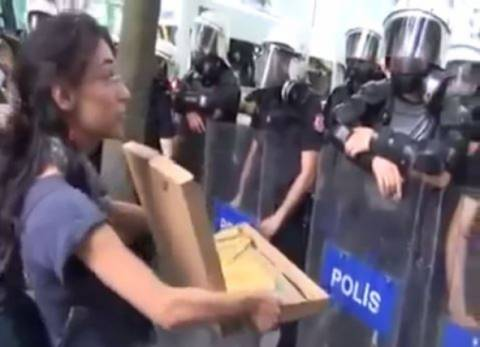 Τουρκία: Δείτε τι προσφέρει διαδηλώτρια στους αστυνομικούς (vid)