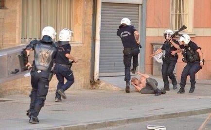 Τούρκος αστυνομικός κλωτσάει στο κεφάλι πεσμένο γυμνό διαδηλωτή (pic)