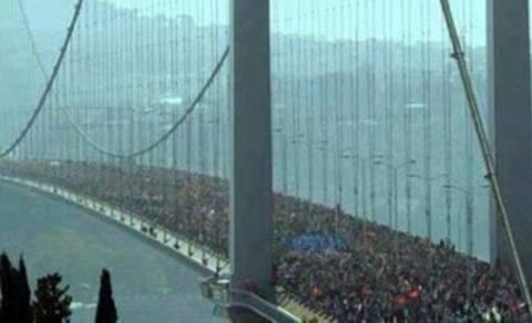 «Απάτη» η φωτογραφία από τη Γέφυρα του Βοσπόρου με τους διαδηλωτές