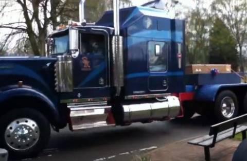 Βίντεο: Η πιο μεγάλη νεκροφόρα που έχετε δει ποτέ