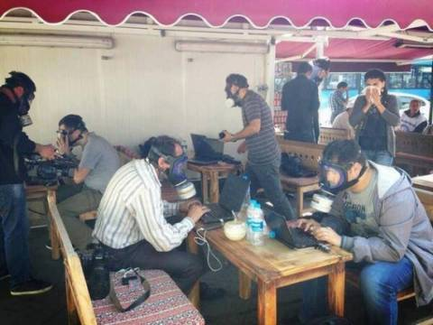 Εικόνα-ΣΟΚ: Δείτε πώς δουλεύουν οι δημοσιογράφοι στην Τουρκία
