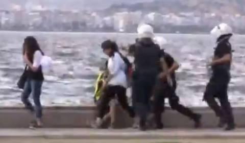 Τουρκία: Σοκ-Η αστυνομία επιτίθεται σε περαστικούς! (βίντεο)