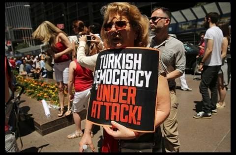 Νέα Υόρκη:Συγκέντρωση κατά του Ερντογάν έξω από το τουρκικό προξενείο