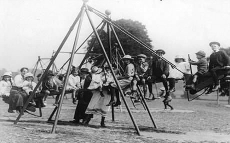 Δείτε ιστορικές εικόνες από την πρώτη παιδική χαρά