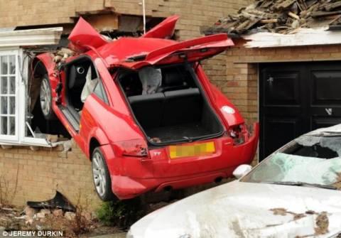 Σοκαριστικό τροχαίο: Μπήκε στο σπίτι από το... παράθυρο!