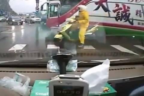 Βίντεο: Οδηγός λεωφορείου ξεχνάει να τραβήξει χειρόφρενο