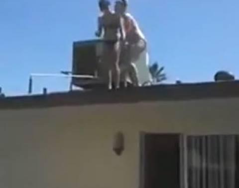 Βίντεο-ΣΟΚ: Νεαρή πηδάει από τη στέγη στην πισίνα και καταλήγει...