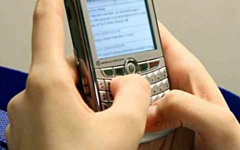 Χαμός στο YouTube: Σαουδάραβας στέλνει SMS καθισμένος στο...