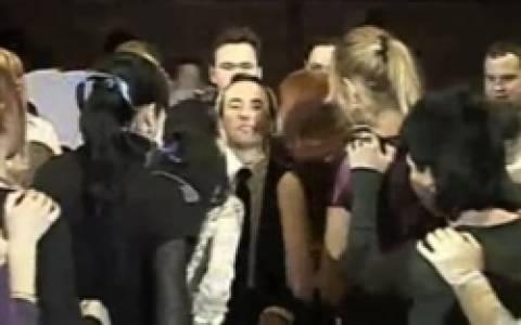 Βίντεο: Ο πιο τυχερός άνδρας στον κόσμο - 118 φιλιά σε ένα λεπτό