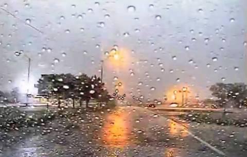 Απίστευτο βίντεο: Λακκούβα «καταπίνει» όχημα και οδηγό!