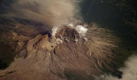 Ηφαίστειο εκτόξευσε στήλη στάχτης σε ύψος 9 χιλιομέτρων