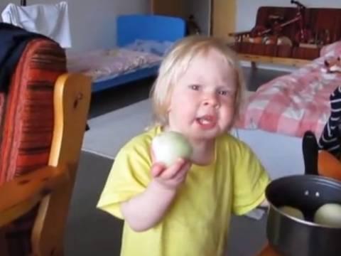 Απίστευτο βίντεο: Τι λέτε ότι δαγκώνει αυτό το κοριτσάκι;