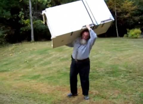 Βίντεο: 51χρονος σηκώνει ψυγείο σαν πούπουλο!