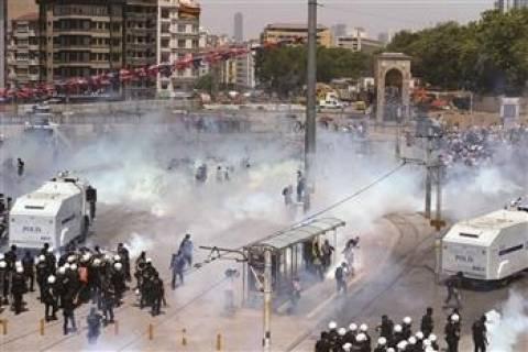 Δείτε LIVE: Καθαρίζουν την πλατεία Ταξίμ μετά τα χθεσινά επεισόδια