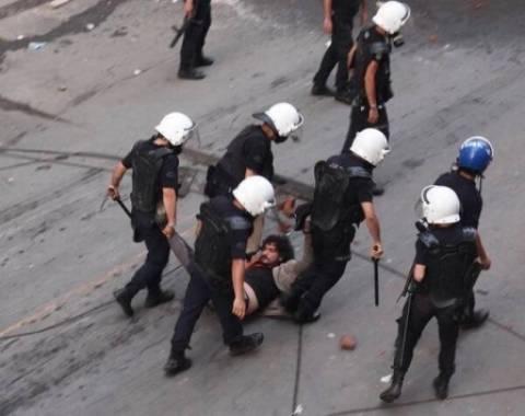 Βίντεο-σοκ: Αστυνομικοί ξυλοφορτώνουν Τούρκο δημοσιογράφο
