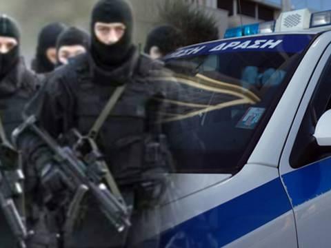 Πάνοπλοι άνδρες της ΕΚΑΜ ψάχνουν τους 5 Αλβανούς δραπέτες