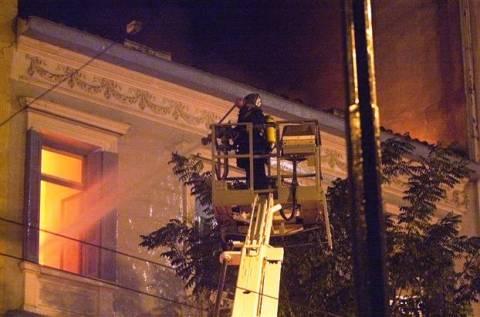 Υπό έλεγχο η πυρκαγιά σε διώροφο κτίριο στην πλατεία Βάθης