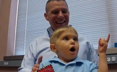 Η συγκλονιστική στιγμή που ένας 3χρονος ακούει για πρώτη φορά