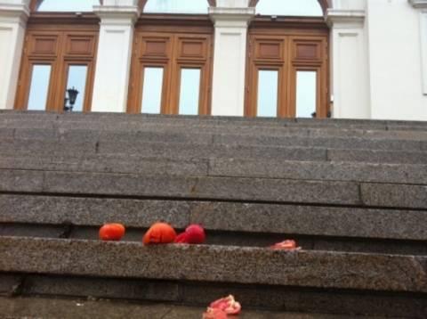 Βουλγαρία: Διαδηλωτές πέταξαν ντομάτες στη βουλή