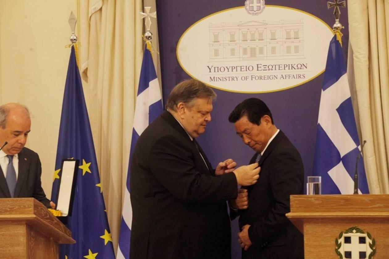 Ο Βενιζέλος παρασημοφόρησε τον πρόεδρο της COSCO