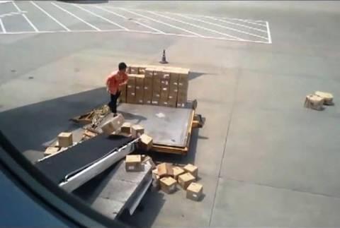 Απίστευτο βίντεο: Δείτε πως μεταφέρει τα εμπορεύματα στο αεροσκάφος!