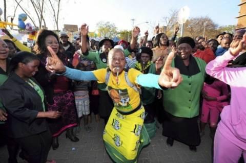 Πανηγυρίζουν έξω από το νοσοκομείο όπου νοσηλεύεται ο Μαντέλα