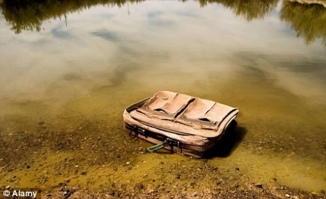 ΦΡΙΚΗ: Άνοιξε την πεταμένη βαλίτσα και έπαθε ΣΟΚ με αυτό που αντίκρυσε