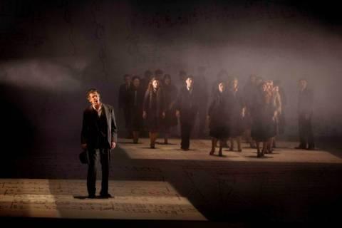 Στο θέατρο Βράχων και όχι στη Μακρόνησο η παράσταση για τον Μίκη
