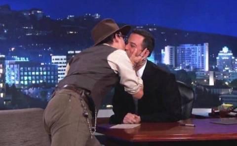Βίντεο: O Johnny Depp φίλησε στο στόμα διάσημο παρουσιαστή!