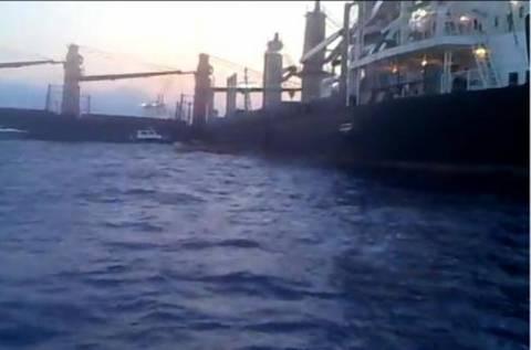Αποκολλήθηκαν τα δύο φορτηγά πλοία
