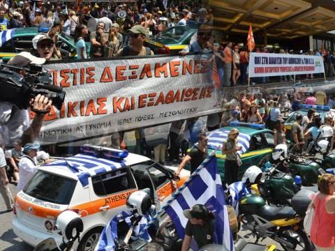 Σε κλοιό διαδηλωτών η κρίσιμη συνεδρίαση της ΚΕΔΕ