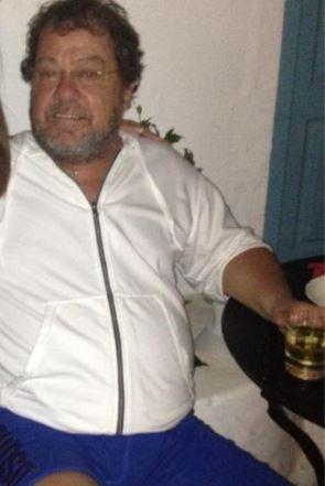 Ο Γιάννης Πάριος με παραπανίσια κιλά απολαμβάνει το ποτό του (photo)