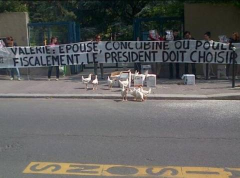 Διαδήλωσαν με κότες έξω από την οικία του Ολάντ (pics)