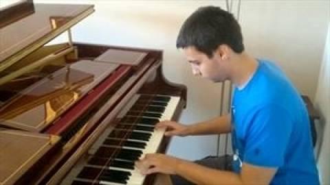 Ταλαντούχος 17χρονος πιανίστας σαγηνεύει το κοινό