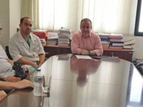 Επίσκεψη του υφυπουργού υγείας στον τραυματία αστυνομικό των ΕΚΑΜ