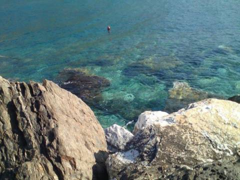 Σοκ στην Κεφαλονιά: Βρέθηκε νεκρή γυναίκα σφηνωμένη στα βράχια