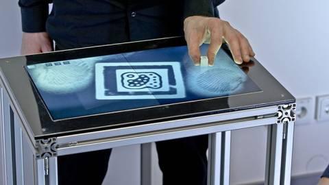 Νέες οθόνες αφής που θα αναγνωρίζουν τα αποτυπώματα μας