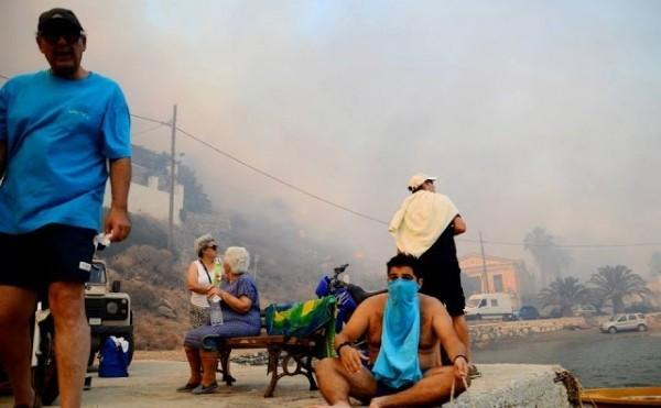 Σέριφος: Έπεσαν στην θάλασσα για να σωθούν από τη φωτιά (photos)!