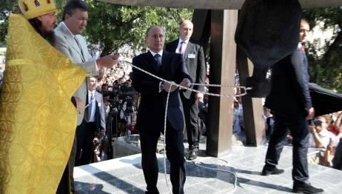 Πούτιν και Γιανούκοβιτς χτύπησαν την μεγαλύτερη καμπάνα της Ουκρανίας