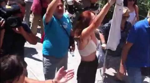 Δημοσιογράφος της ΕΡΤ έβγαλε την μπλούζα και έμεινε με το στηθόδεσμο