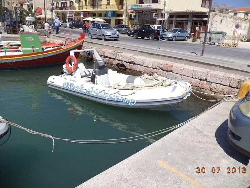Εκρηκτικά και όπλα σε φουσκωτό στη Χίο