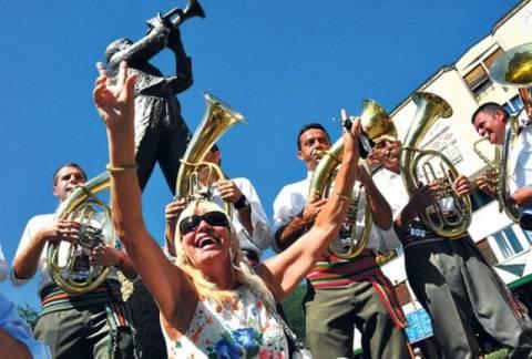 Το διάσημο φεστιβάλ χάλκινων της Γκούτσα άνοιξε τις πύλες του
