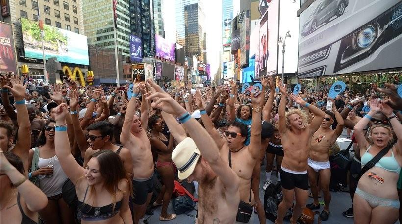 Βγήκαν στην Times Square με τα εσώρουχα (pics)