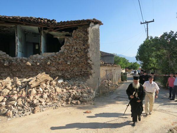 Στα σεισμόπληκτα χωριά της Λοκρίδας ο Μητροπολίτης Νικόλαος