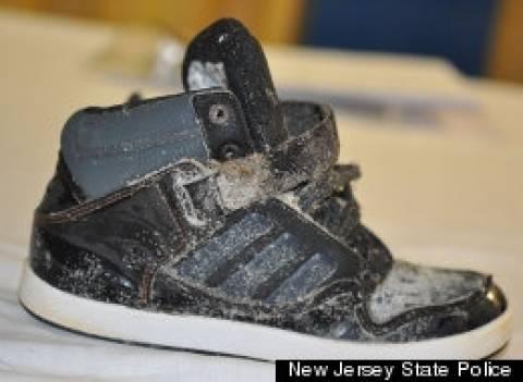 ΦΡΙΚΗ: Βρήκε στην παραλία ένα παπούτσι που είχε μέσα...