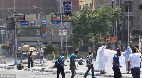 ΣΟΚ: Άοπλος διαδηλωτής πυροβολείται εν ψυχρώ μπροστά από τανκ!