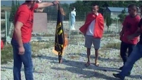 Βίντεο:  Έκαψαν τη σημαία της Χρυσής Αυγής στην Αλβανία
